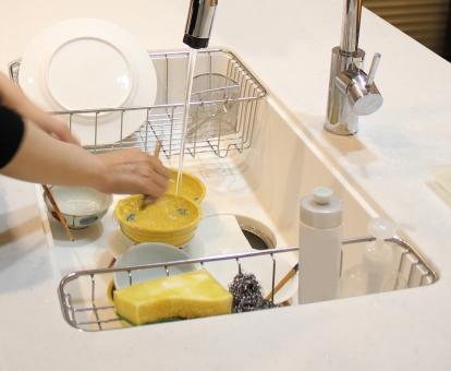 食器洗いでまさかの筋肉づくり!?腕を鍛えるシンプルな方法とは